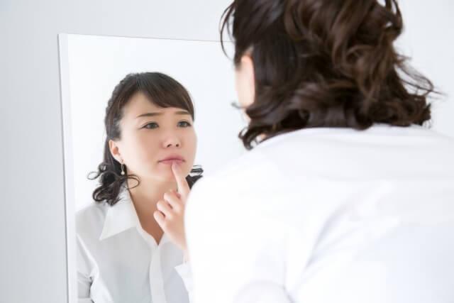唇の乾燥の原因