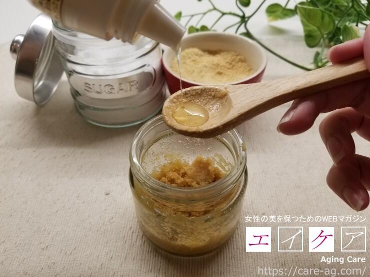 てんさい糖とオリーブオイルにハチミツを混ぜる